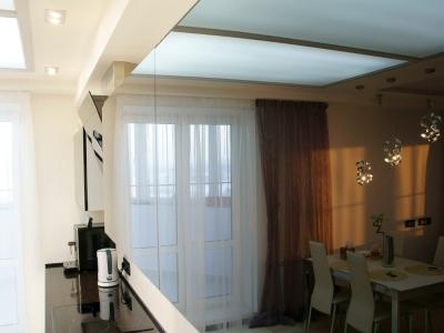 Верхние витрины выполнены из черного стекла в алюминиевом профиле