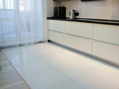 Геометрия кухни подчеркивает линии декора кухни