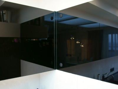 декоративная панель из стекла зрительно увеличивает пространство