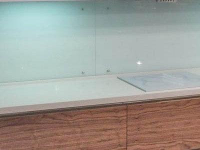 панель из стекла сочетается с отделкой шкафов blum
