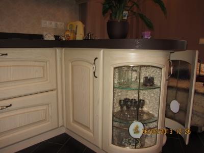 гнутые витрины- особенность лучших коллекций кухонь из массива