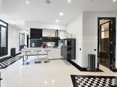 Висячие низкие пеналы создают  облегченную конструкцию в кухне, что хорошо сочетается с общим интерьером помещения