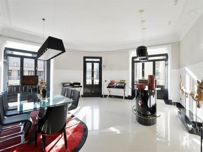 Отдельно стоящий стеклянный стол поддерживает общую концепцию интерьера