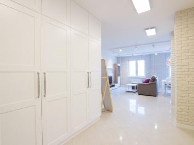 Белые матовые фасады современной классики хорошо сочетаются в легком стиле LOFT