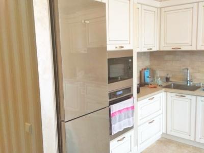 Отдельно стоящий холодильник замыкается мебельным пеналом, что не    противоречит общему классическому  стилю кухни