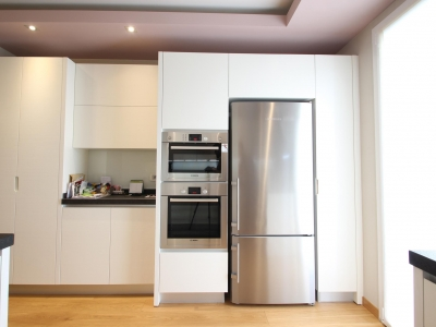 Либхер холодильник под нержавейку подчеркивает скандинавский современный стиль кухни