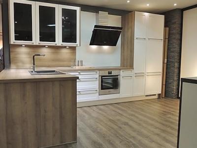 Данное дизайнерское исполнение мебели показывает как, за средний бюджет клиента, можно лаконично и стильно организовать кухонную мебель