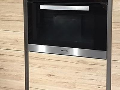 Пенальная  конструкция мебели встраивает бытовую технику кухни