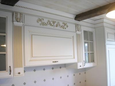 Кухня встроена до потолка помещения