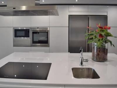 Вся нужная бытовая техника встроена в пенальную конструкцию кухни