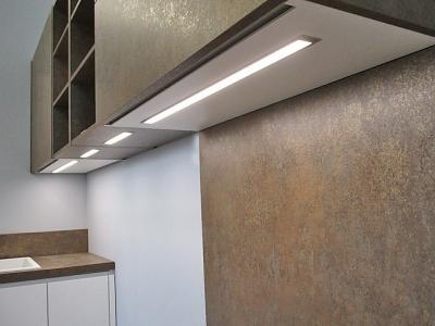 В верхние базы кухонных ящиков встроена подсветка