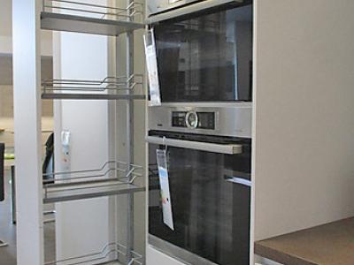В пенальную конструкцию кухни встроена макси-карго немецкого производителя KESSEBOHMER