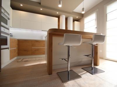 Наше производство исключительно изготавливает мебель по индивидуальным размерам помещения, позволяет встраивать мебель в ниши выступы и другие конструкции здания