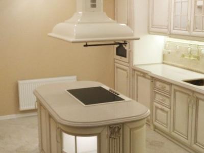 Островная вытяжка SMEG подчеркивает классический стиль кухни