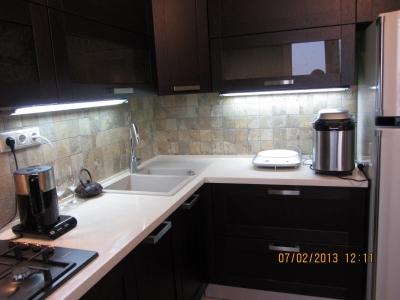 шкаф трапеция в углу верхнего ряда кухни