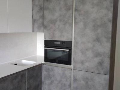 Фасады нижней части кухни из сверхпрочного немецкого пластика имитируещего поверхность бетона