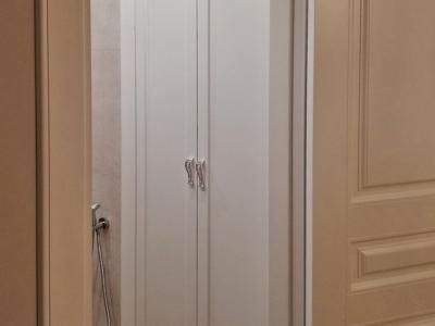 В ванной комнате часто встраивают дополнительные шкафы с высокой степенью влагозащитности