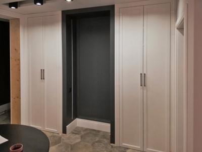 Двери шкафов соответствуют общему стилю помещения