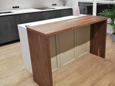 Два уровня горизонтальных поверхностей в кухне: поверхность основной рабочей столешницы, стола и барной стойки