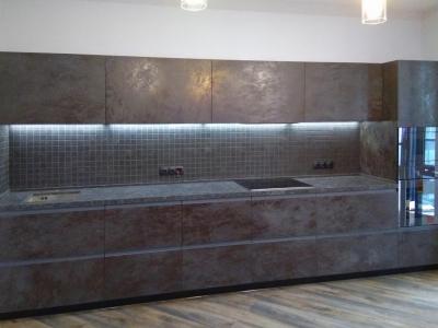 Керамические фасады толщиной 22 мм имеют специальную систему открытия, которая подчеркивают строгий и лаконичный стиль кухни.