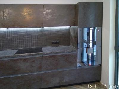 Пенальная конструкция кухонных ящиков вмещают в себя встроенную бытовую технику.