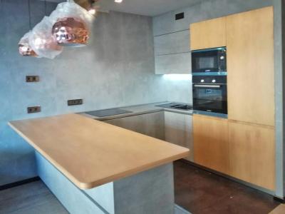 Фасады пеналов для встраиваемого холодильника и техники, как и столешница полуострова кухни, изготовлены из мдф шпонированного европейским дубом