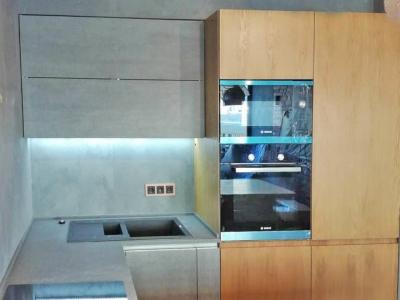 Основная столешница кухни из кварцевого камня подобрана максимально близко по фактуре и цвету к керамическим фасадам