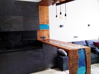 Барная стойка разграничивает зоны кухни и гостиной