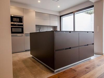 двухцветное исполнение кухонного гарнитура
