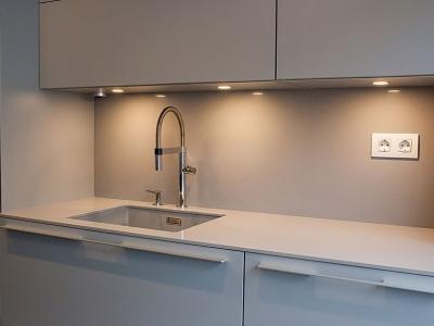 Встроенные светильники в верхние ящики кухни имеют сенсорное управление