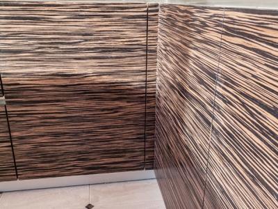 шпон эбенового дерева имеет достаточно выраженную, но не слишком яркую текстуру