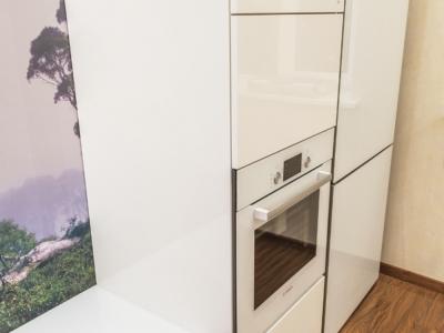 духовой шкаф с отделкой из белого стекла