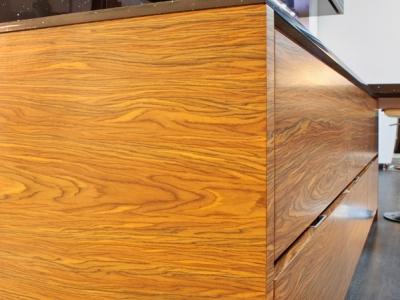 фасады имеют полуматовую лакировку, что придает древесине легкий  эффект отражения