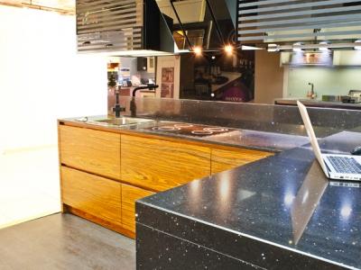 дополнительная стойка- удобное место для работы на кухне