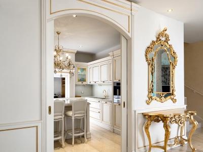 Кухня в классическом стиле, матовые мдф фасады кухни имеют декоративные элементы с золочением, что придает кухне неповторимый роскошный вид