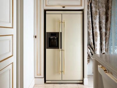 Отдельно стоящий холодильник в ретро стиле хорошо  сочетается в общей стилистики мебели.