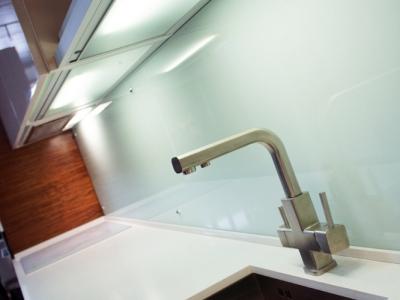 смеситель имеет два канала для подачи обычной и фильтрованной воды