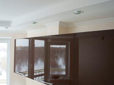 глянец кухни значительно  зрительно расширяет пространство
