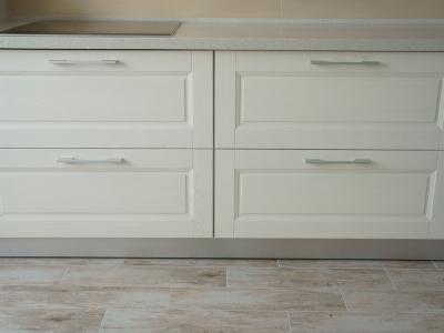рисунок фасада отлично передает лаконичность и симметрию дизайна кухни
