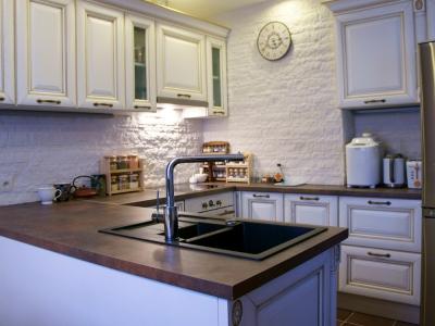 вся кухня выдержана в бежево-коричневой гаммме