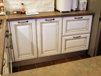 филенка имеет выпуклость с лаковым покрытием, которое переливается, если смотреть на кухню с разных ракурсов