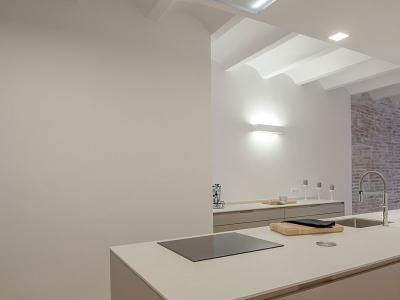 вытяжка встроена в несущую конструкцию потолка