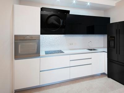 угловое решение кухни с холодильником S'B'S