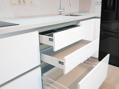 кухня оснащена системами выдвижения tandembox