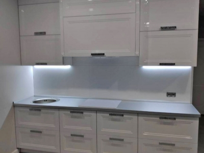 Встроенная подсветка в верхних ящиках кухни