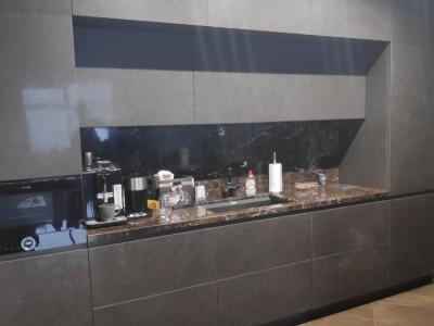 Двухуровневая кухня максимально вмещает место для припасов