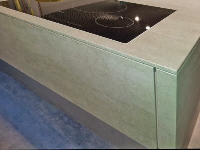 Для придания объема конструкции, столешница кухни изготавливается одинакового декора с фасадами кухни.