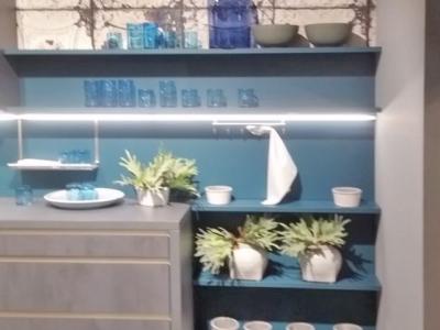 Встроенная подсветка, подвесные открытые полки всегда придают дизайнерский стиль кухонному гарнитуру