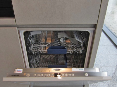 Часто в нижней секции пеналов мебели кухни,  встраивают посудомоечные машины