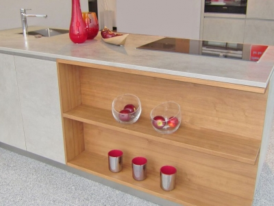 Открытые ниши, полки облицованные шпоном ценных пород дерева всегда подчеркивают дизайнерское исполнение мебели